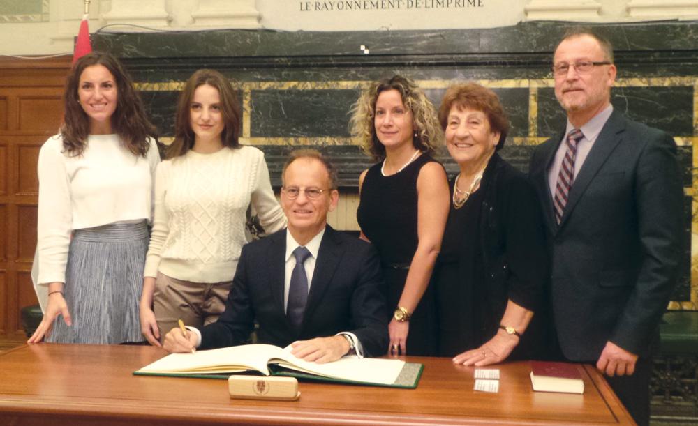 Nicola Di Iorio circondato dalla famiglia: le figlie Claudia ed Emma Rose, la compagna Jehane, la mamma Giuseppina e il fratello Antonio